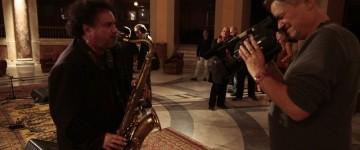 enzo-avitabile-music-life-il-regista-jonathan-demme-con-enzo-avitabile-sul-set-del-film-248045